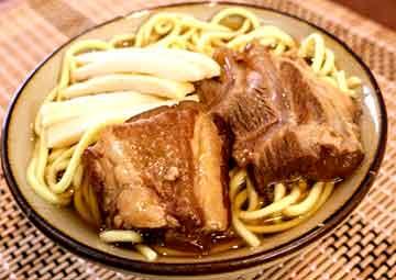 写真:八重山軟骨ソーキそば【丸麺】